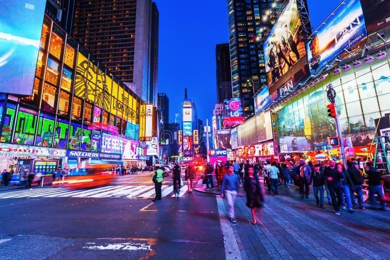 Times Square dans NYC la nuit images libres de droits