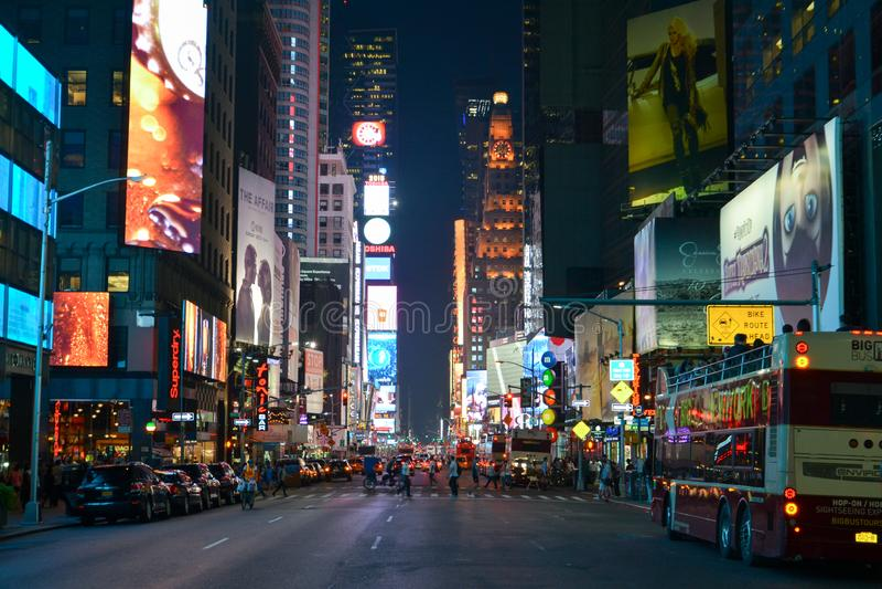 Times Square in de avond uit 7de weg wordt gevergd die royalty-vrije stock afbeeldingen