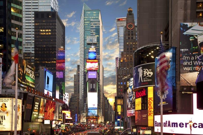 Times Square en Nueva York en la oscuridad fotos de archivo