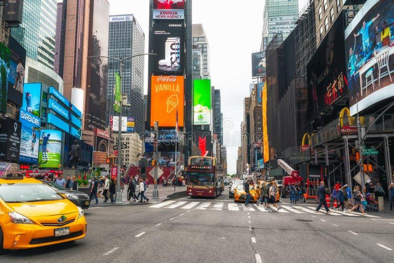 Times Square icônico com turistas Iluminou brilhantemente o cubo do distrito do teatro de Broadway, turistas, tráfego foto de stock