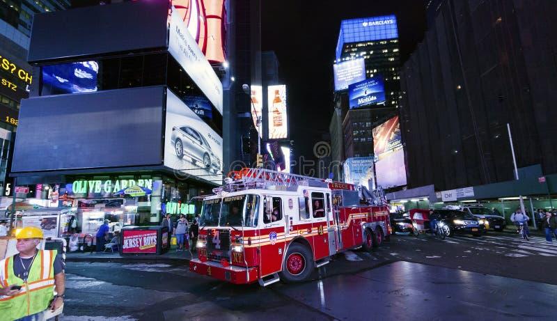 Times Square, le camion du corps de sapeurs-pompiers de New York image libre de droits