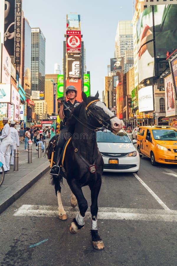 Times Square, Manhattan, New York City Um cavalo da polícia de NYPD escapou no Times Square fotografia de stock royalty free
