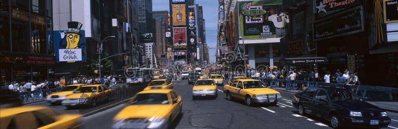 Times Square mit gelben Rollen während des Tages lizenzfreie stockfotografie