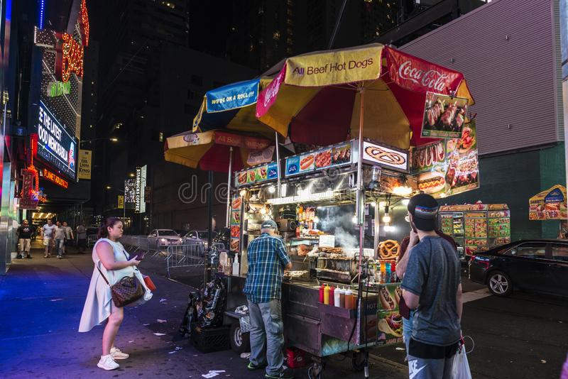 Times Square nachts in New York City, USA lizenzfreie stockfotos