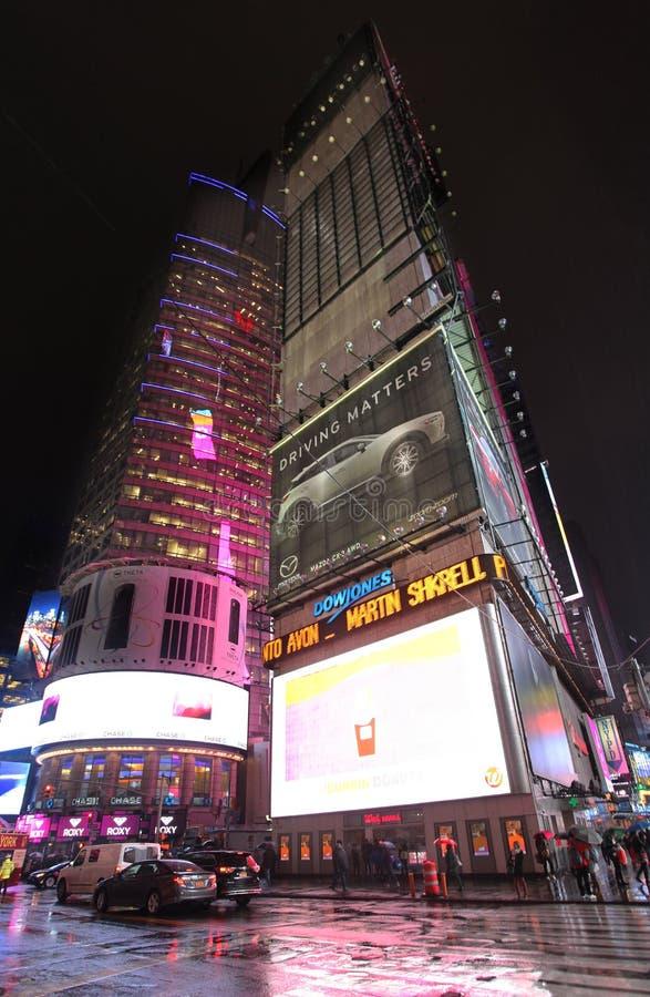 Times Square par la nuit pluvieuse, NYC photos stock