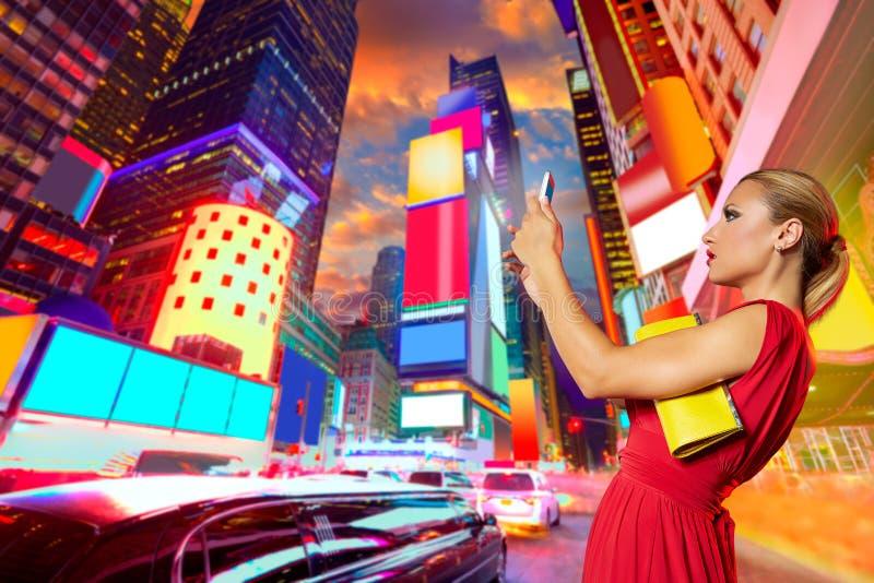 Times Square vermelho NYC da foto do selfie do vestido da menina loura imagem de stock