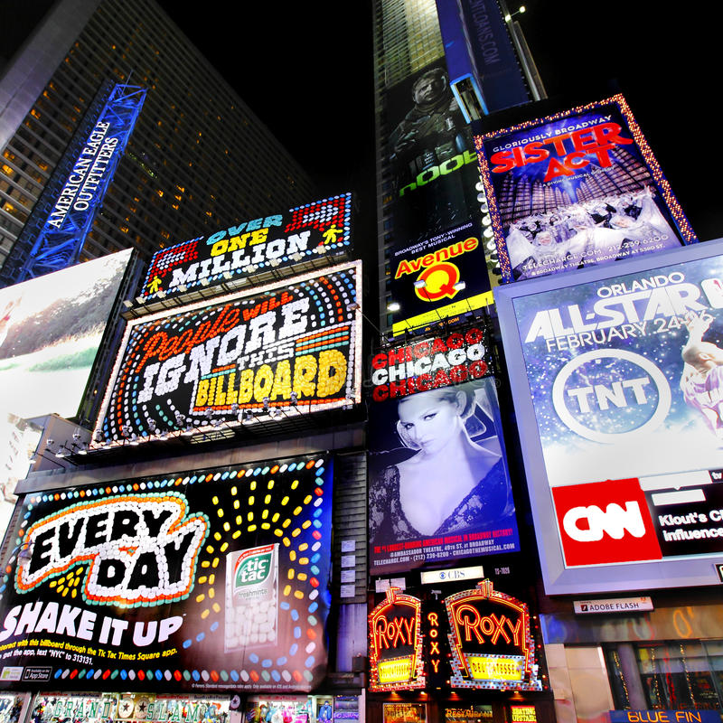 Times Squareadvertizingaffischtavlor arkivbilder