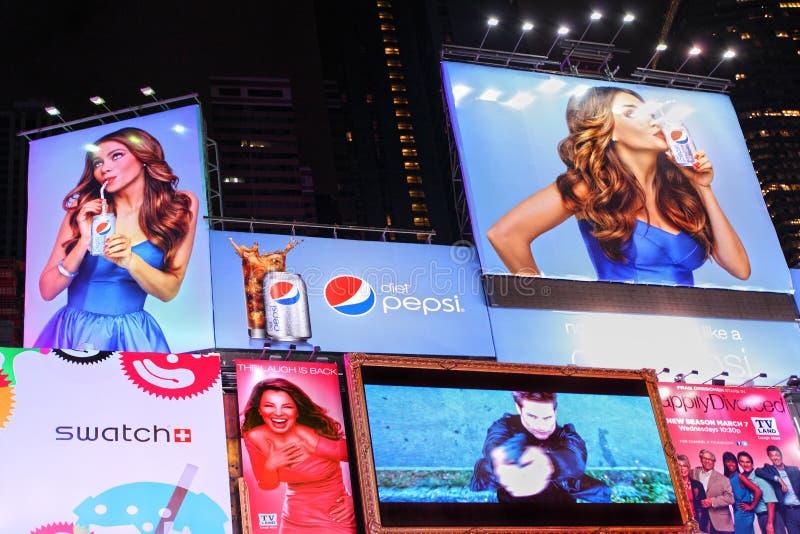 Times Squarebrännmärka och advertizingaffischtavlor royaltyfri fotografi