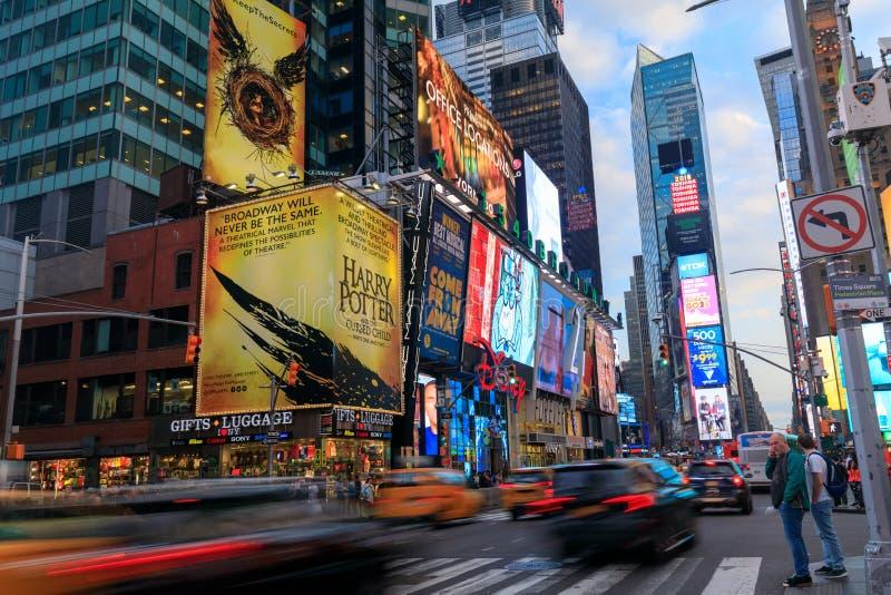 Times Squaremenigten en verkeer bij nacht stock foto's
