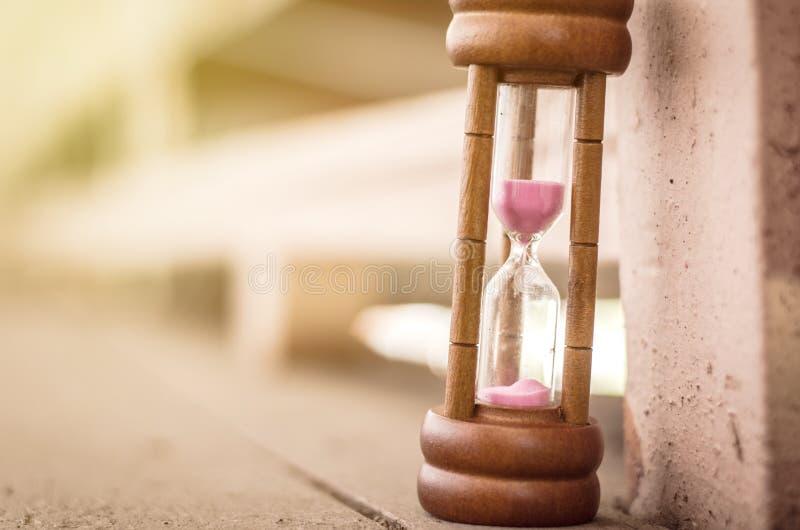 Timglas eller sand-exponeringsglas för begrepp för tidledning royaltyfria foton