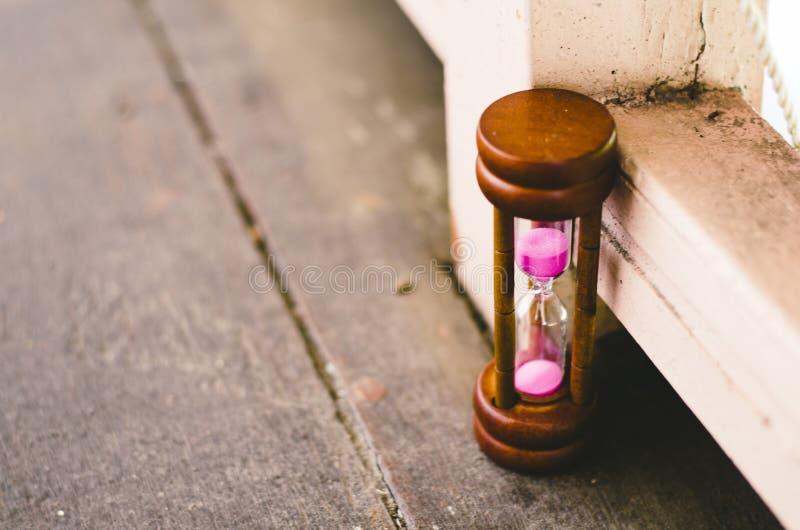 Timglas eller sand-exponeringsglas för begrepp för tidledning royaltyfria bilder