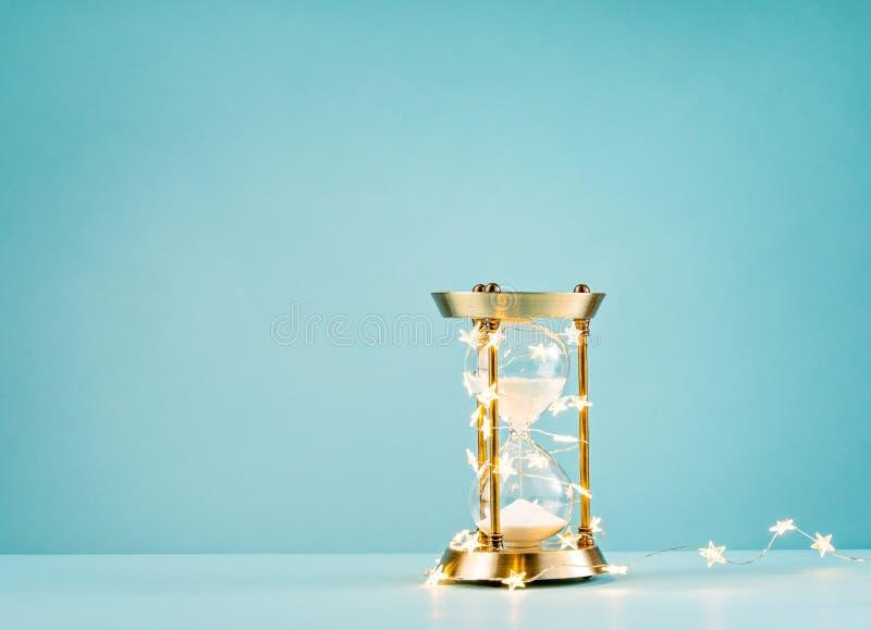 Timglas med julstjärnaljus royaltyfria bilder
