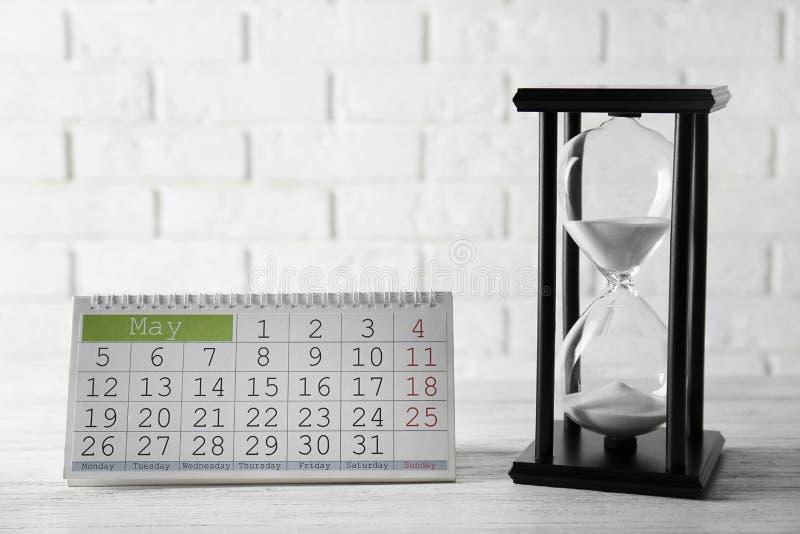 Timglas med kalendern royaltyfria foton