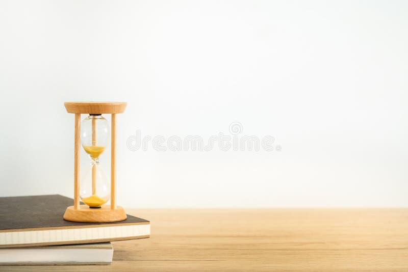Timglas på böcker på vit bakgrund royaltyfri foto