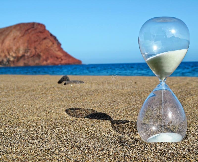 Timglas på en strand royaltyfria bilder