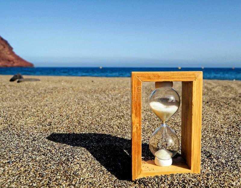 Timglas på en strand royaltyfri fotografi