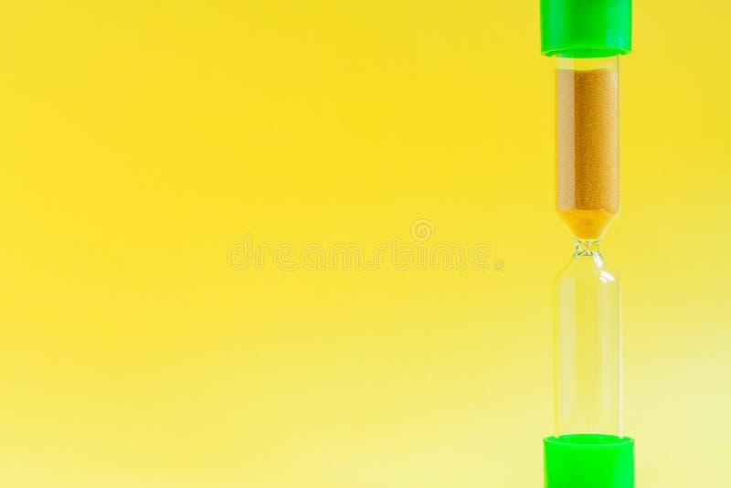Timglas på färgbakgrund Begrepp f?r Tid ledning royaltyfria bilder