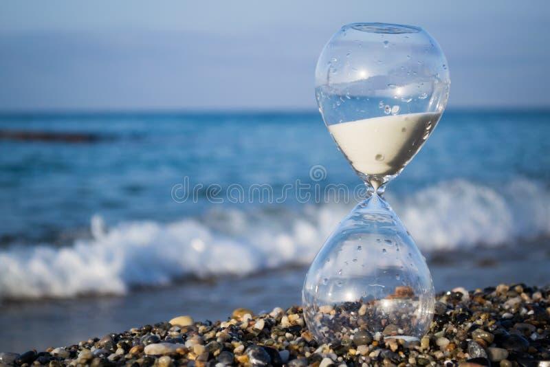 Timglas på stranden arkivfoton