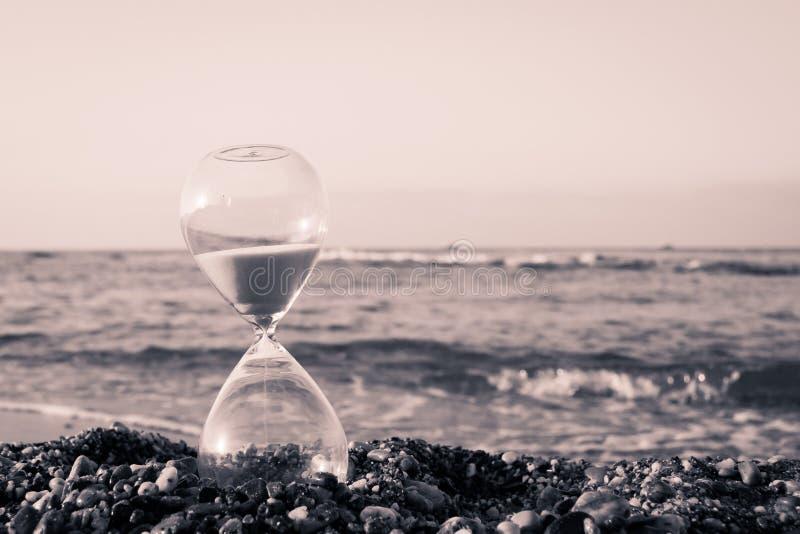 Timglas på stranden fotografering för bildbyråer