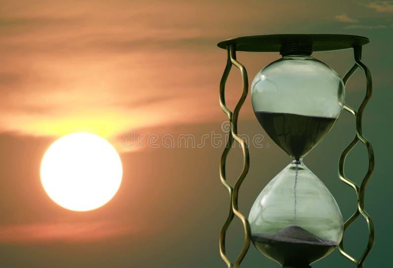 Timglas p? bakgrunden av en solnedg?ng fotografering för bildbyråer