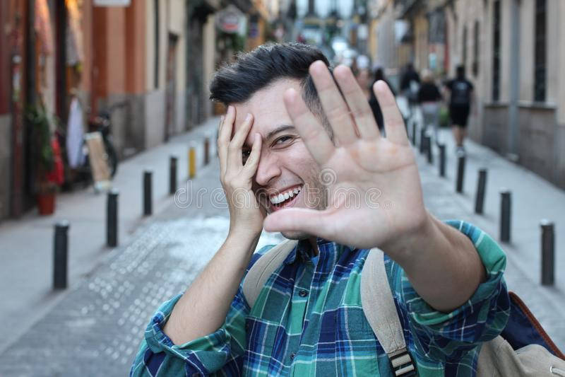 Timidez de sentimento do homem quando a câmera estiver nele foto de stock royalty free