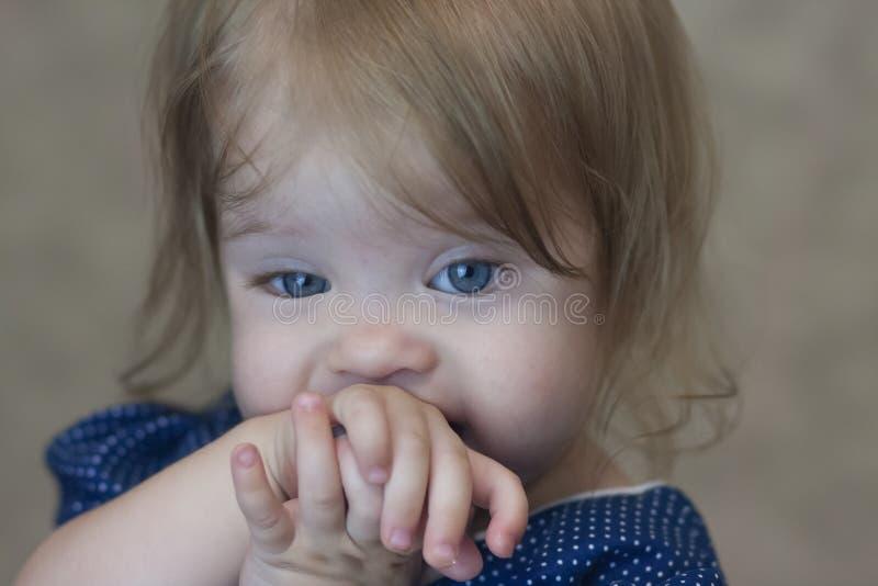 timidité Petite fille timide photographie stock libre de droits