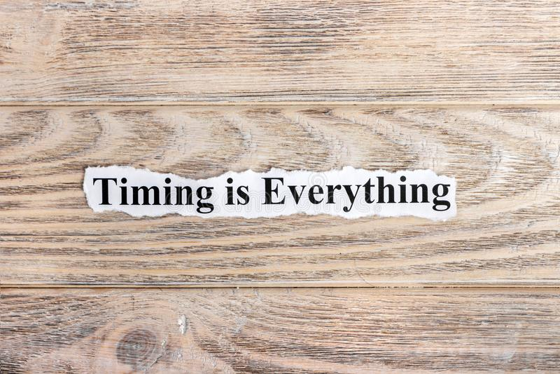 TIMING ist alles Text auf Papier Wort-TIMING ist alles auf heftigem Papier Figürchen, die auf dem Recht und dem Rest auf einem stockbilder