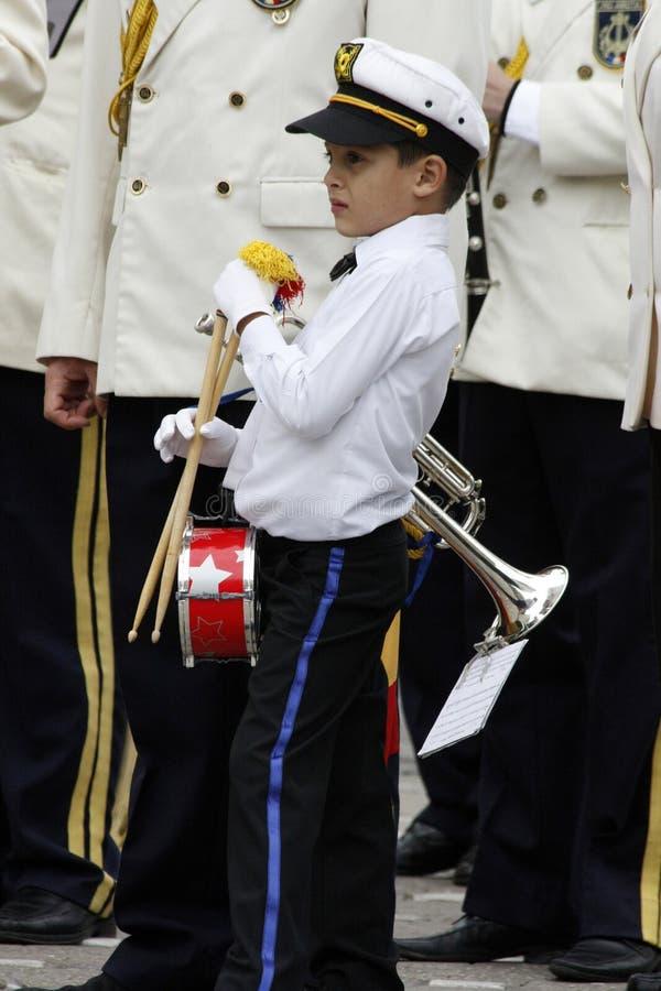 "TIMISOARA, ROEMENIË â€ ""09 27 2015 de militaire fanfare gekleed in witte paradekostuums stock foto's"