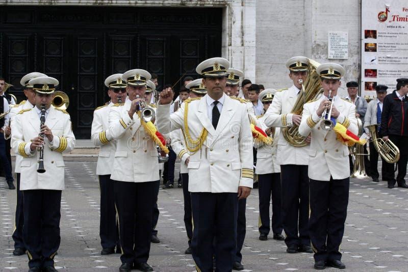 "TIMISOARA, ROEMENIË â€ ""09 27 2015 speelt de militaire fanfare gekleed in witte paradekostuums musical royalty-vrije stock foto"