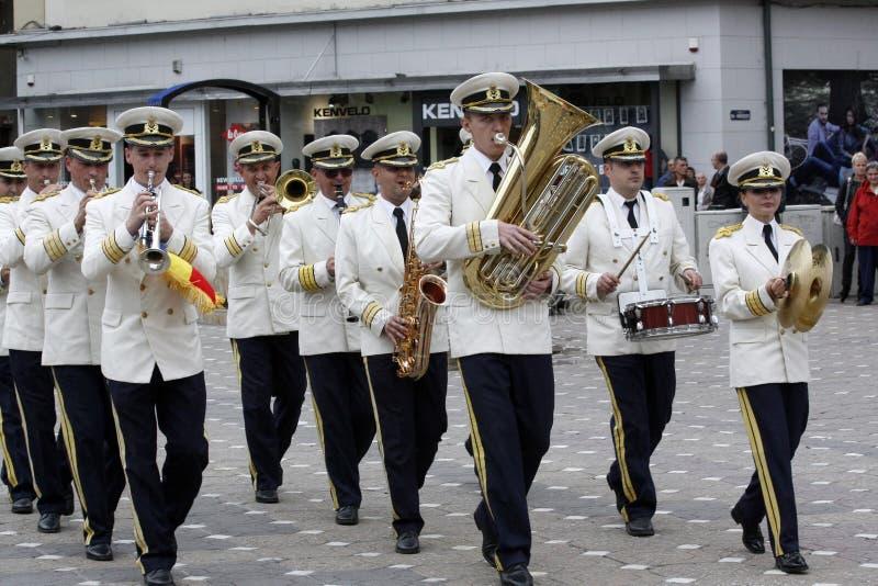 "TIMISOARA, ROEMENIË â€ ""09 27 2015 speelt de militaire fanfare gekleed in witte paradekostuums muzikale instrumenten stock foto"