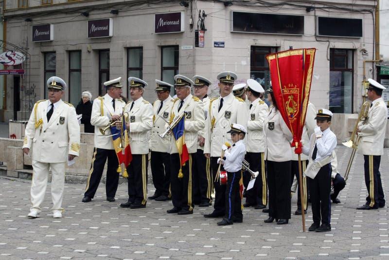 "TIMISOARA, ROEMENIË â€ ""09 27 2015 speelt de militaire fanfare gekleed in witte paradekostuums muzikale instrumenten royalty-vrije stock afbeelding"