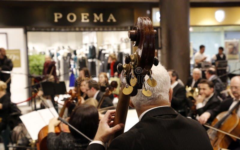 """TIMISOARA, ROEMENIË â€ """"12 23 2016 Symphonic Orkestspelen bij een winkelcomplex voor Kerstmisfestival royalty-vrije stock afbeelding"""