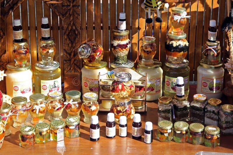 TIMISOARA, ROEMENIË-10 14 2018 Diverse assortimenten van bijenproducten, honing met vruchten, honing met zaden, tint royalty-vrije stock foto's