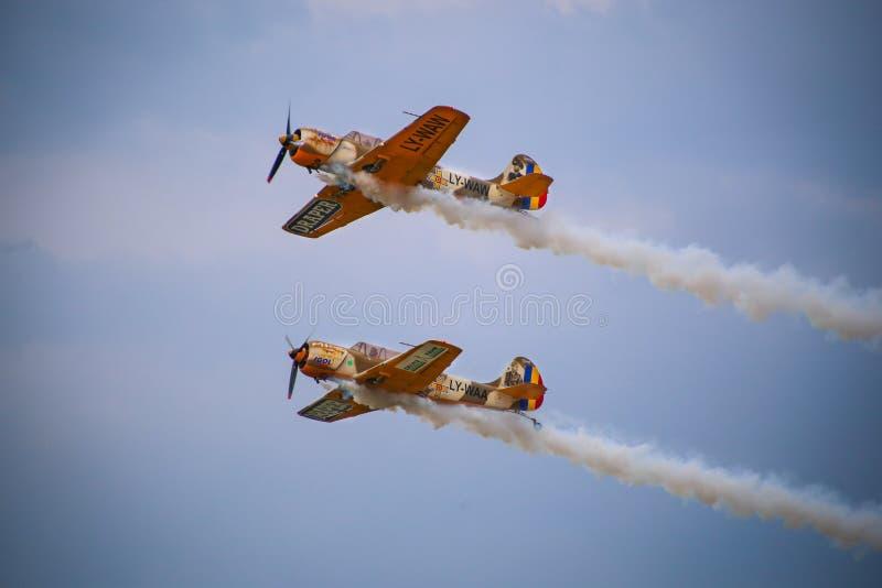 Timisoara, Roemenië - Jakken 52 vliegtuig van het team Iacarii die Acrobati een demonstratievlucht in Timisoara Ai uitvoeren royalty-vrije stock afbeelding