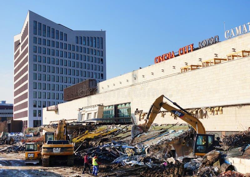 TIMISOARA, ROEMENIË - JANUARI 16, 2017: Iulius Shopping Mall Demolition-schroot op vernietigingsplaats - plaats voor een nieuw ge royalty-vrije stock foto
