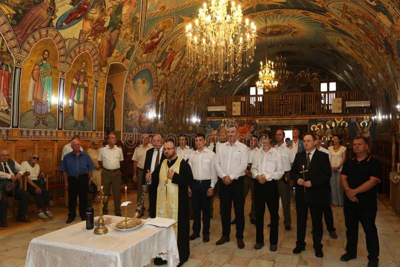 TIMISOARA, ROMANIA-08 20 Culto 2017 em uma igreja ortodoxa imagem de stock