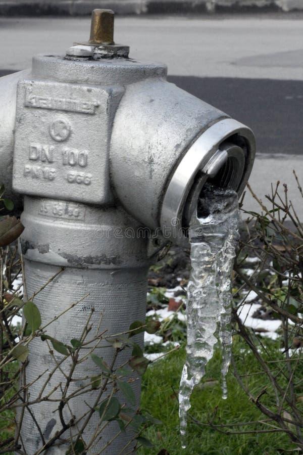 TIMISOARA, ROMANIA -02 10 2016 idranti congelati con il grande ghiacciolo che pende da  immagine stock