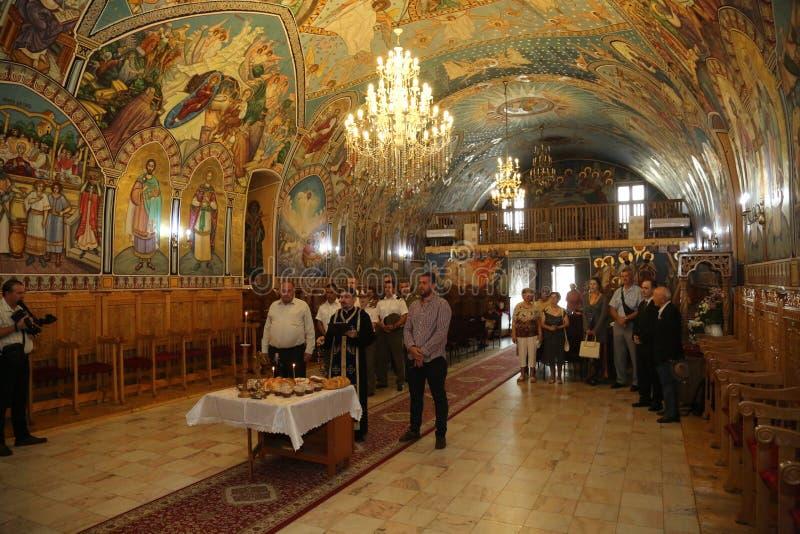 TIMISOARA, ROMANIA-08 20 Servizio religioso 2017 in una chiesa ortodossa fotografia stock