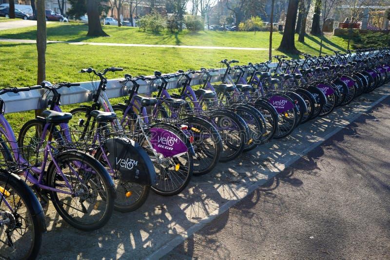 TIMISOARA, ROMANIA-03 28 Système de location public de la bicyclette 2019 Vélos accouplés dans la station image libre de droits