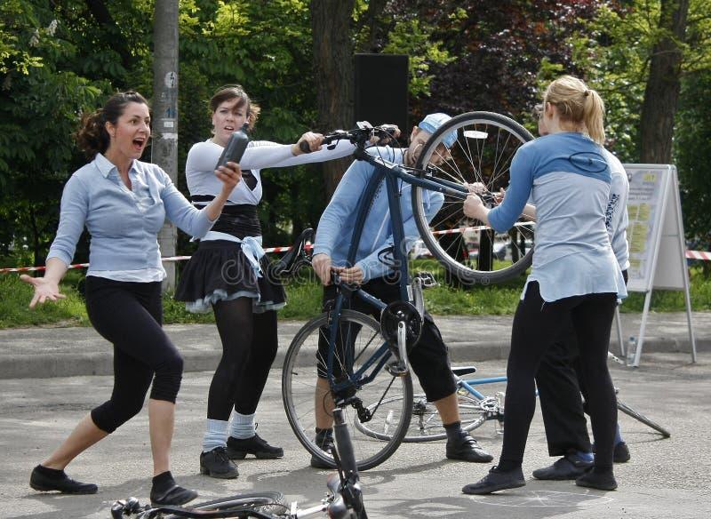TIMISOARA, ROUMANIE 06 07 2011 acrobates exécutent une exposition sur des bicyclettes sur la rue photo stock
