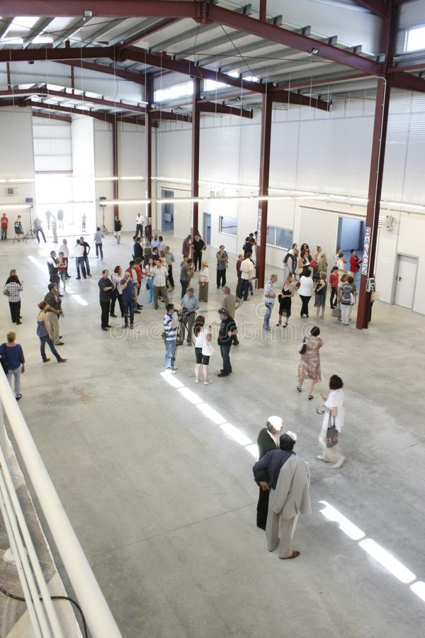"""TIMISOARA, RUMÄNIEN-†""""05 12 2011 Menschen gehen in ein helles, Hochhaushalle mit Metallstrahlen lizenzfreie stockbilder"""