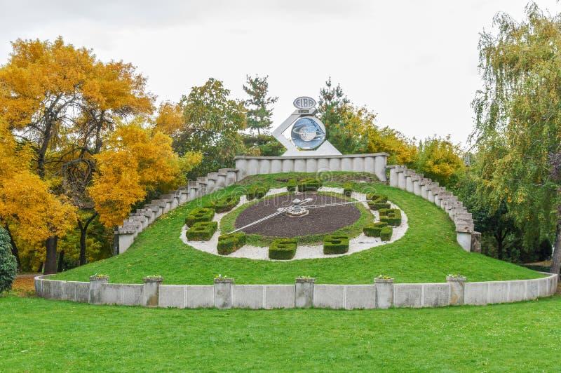 TIMISOARA RUMÄNIEN - 15 OKTOBER 2015 - klocka för trädgårds- växt i Timisoara den största staden i västra Rumänien royaltyfria foton