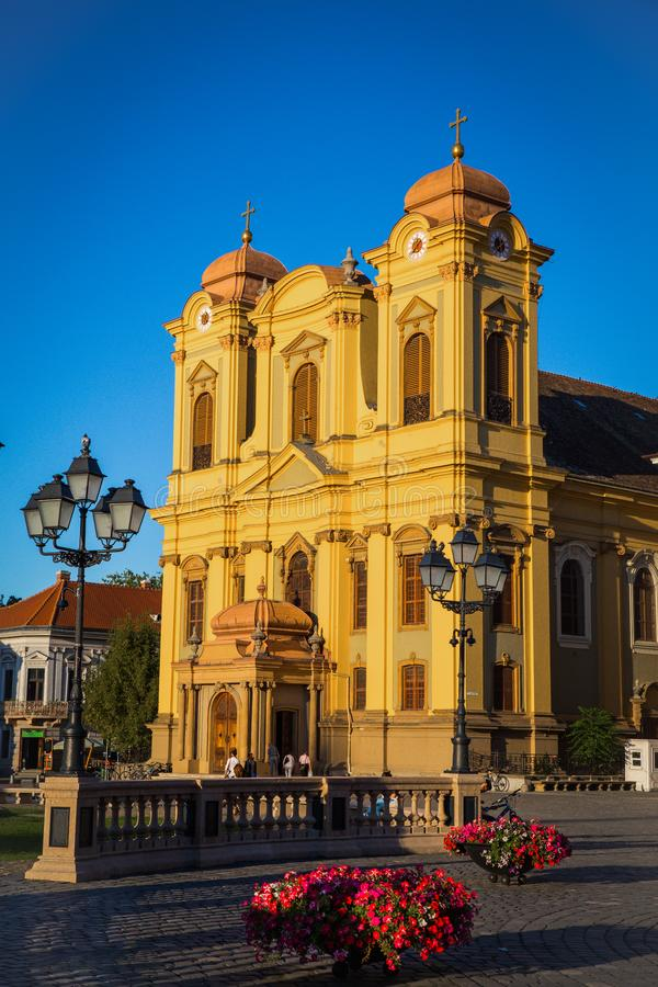 Timisoara, Rumänien - Piata Unirii Union Square mit der katholischen Haube lizenzfreie stockfotos