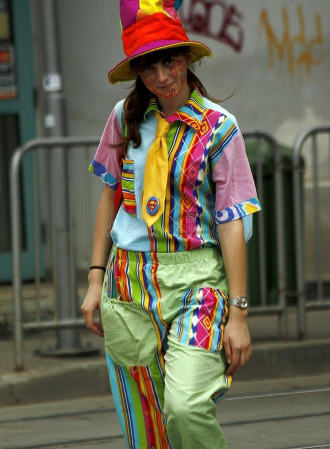 """TIMISOARA, RUMUNIA †""""05 07 2010 młoda kobieta ubierająca jako błazenu uśmiech na ulicie obrazy stock"""