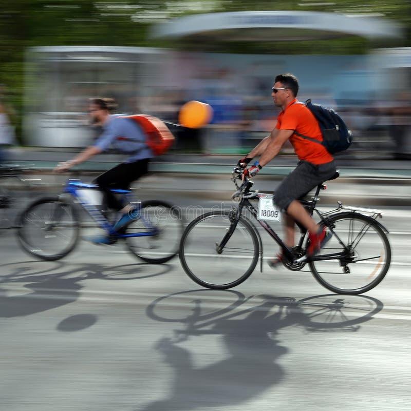 TIMISOARA, RUMUNIA 04 14 2018 ludzi na rowerach przy zielenią dla bicykli/lów, obraz stock