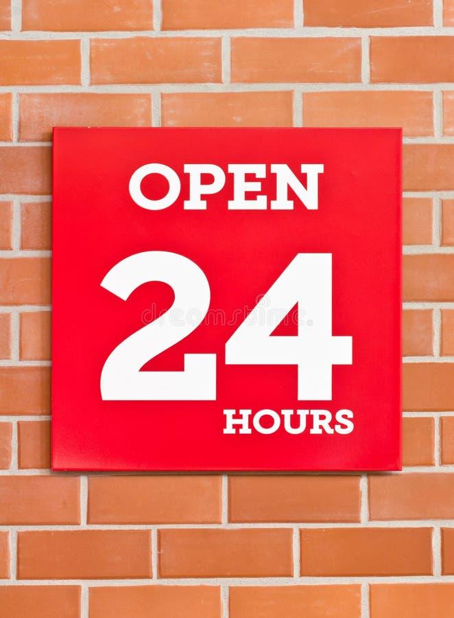24 timmar röd skylt. arkivfoto