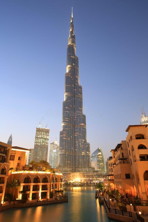 Timme för blått för skymning för Dubai Burj Khalifa Downtown skyskrapanatt arkivbild