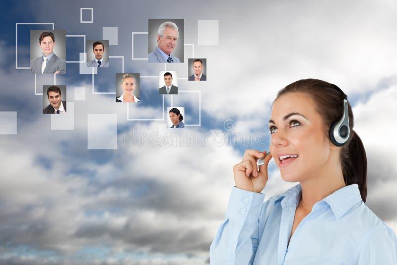 Timme som meddelar med kandidater över hörlurar i himmel royaltyfri bild