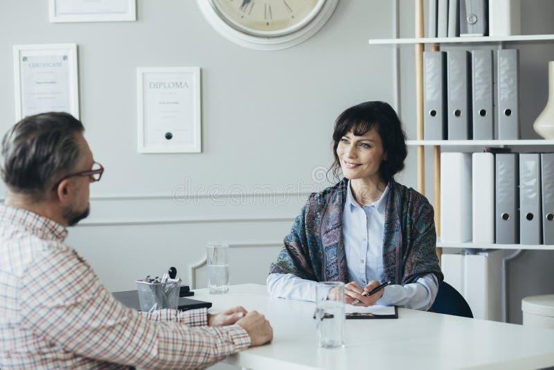 Timme-specialist som hjälper till anställd att klara av hans tid royaltyfria bilder