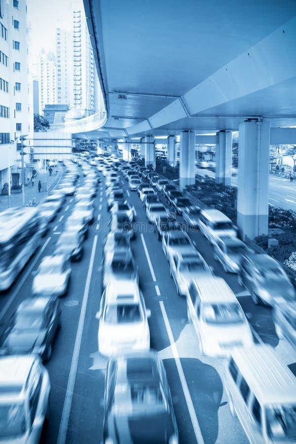 timmen rusar trafik under viaduct fotografering för bildbyråer